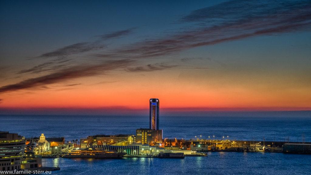 Sonnenaufgang über dem Hafen von Barcelona mit dem W-Hotel vom Hotel Miramar aus
