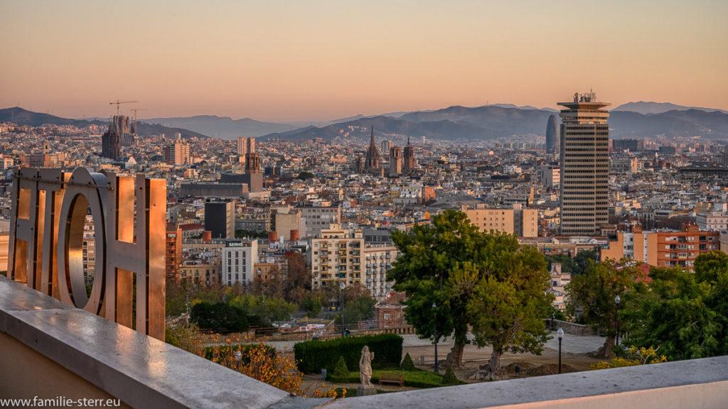 Sonnenaufgang über der Stadt Barcelona und der Kathedrale Sagrada Familie von Gaudi