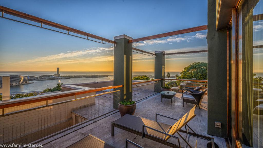 Sonnenaufgang über dem Hafen von Barcelona von der Terrasse der Suite im Hotel Miramar in Barcelona