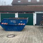 Sperrmüll - Container vor den Garagen in Hallbergmoos
