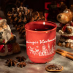 eine Tasse Glühwein vom Erdinger Weihnachtsmarkt in vorweihnachtlicher Dekoration