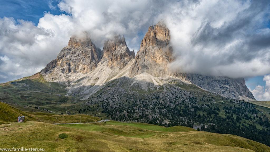 Wolken bedecken den Gipfel der Langkofelgruppe in Südtirol