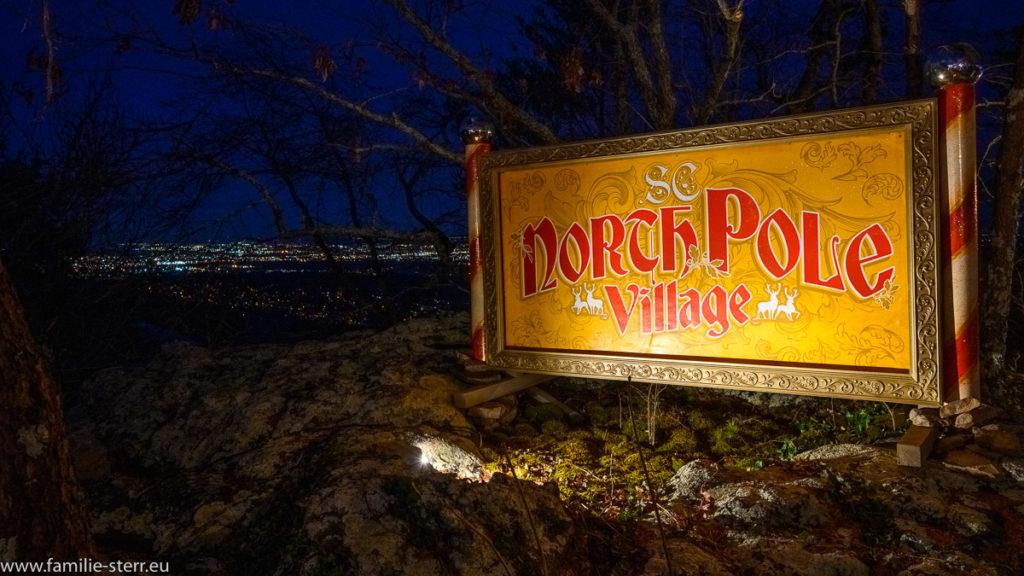 Schild North Pole Village auf dem Logout Mountain mit den Lichtern von Chattanooga im Hintergrund
