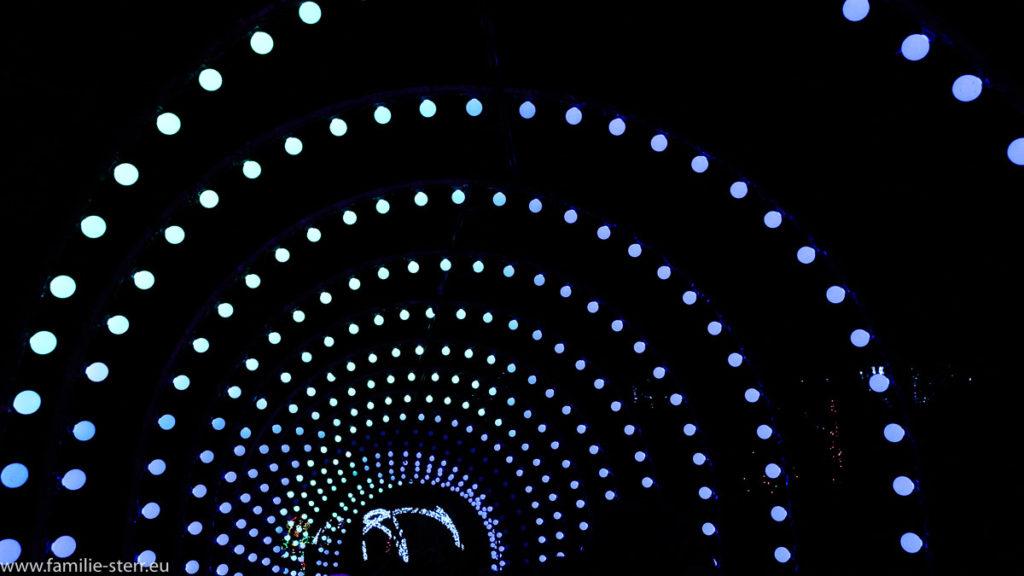 ein Tunnel aus Licht führt die Besucher ein Stück durch die große Lichtershow zu Weihnachten in den Rock City Gardens