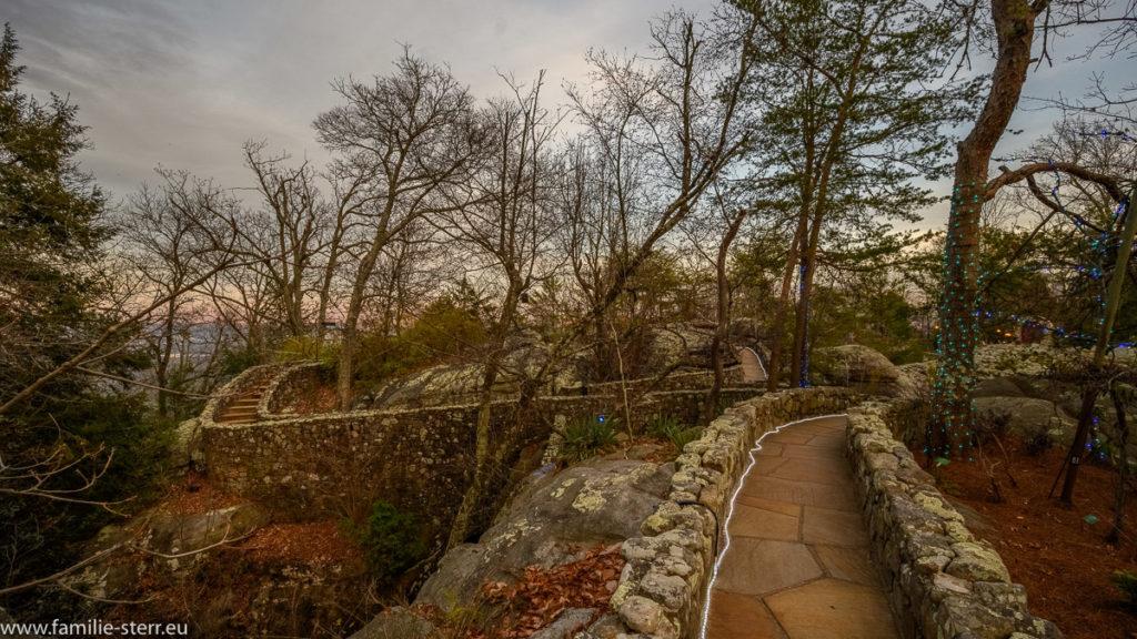 ein schmaler Weg führt über die Felsen und Spalten in den Rock City Gardens