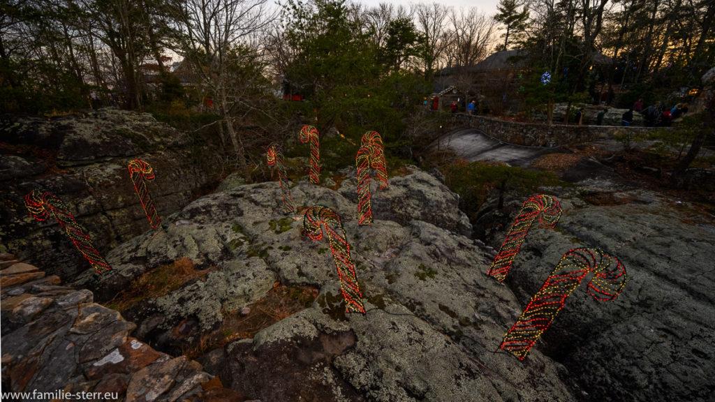 Weihnachtsbeleuchtung in Form von Candy Stick auf einem Felsen in den Rock City Gardens