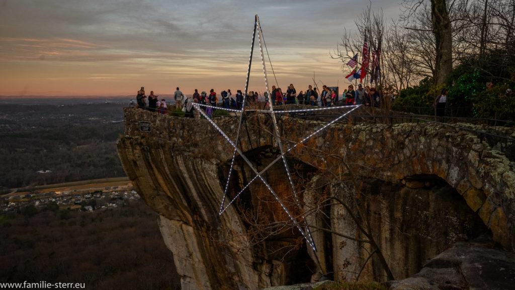 der Aussichtspunkt Covers Leap in den Rock City Gardens mit einem großen Lichterstern