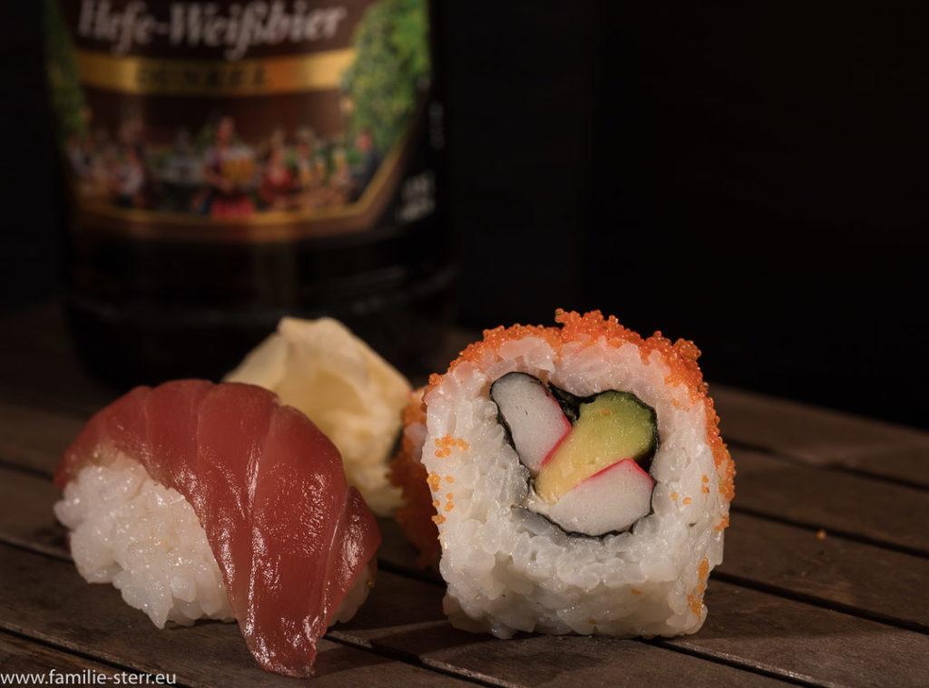 verschiedene Sushi mit einer Falscher dunkles Weißbier im Hintergrund