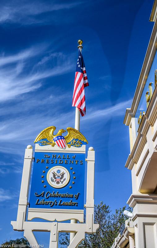 Schild vor dem Eingang zur Hall of Presidents in Disney World, Orlando