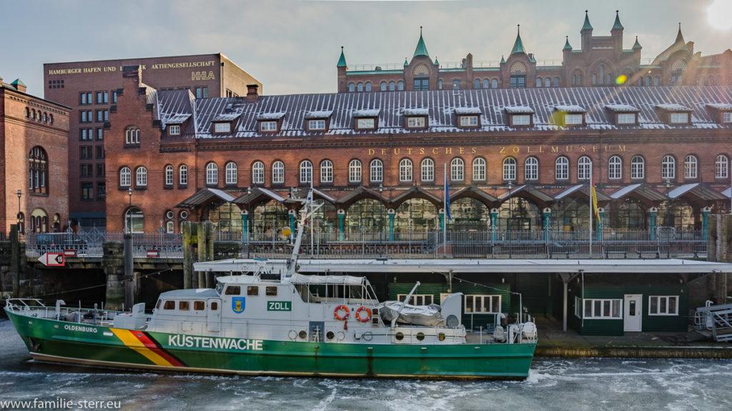 Zollboot vor dem Zollmuseum in Hamburg auf einem eingefrorenen Fleet
