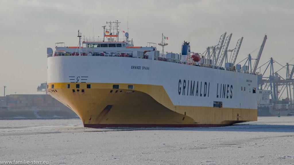 ein Frachter von Grimaldi - Lines fährt durch den Hafen Hamburg auf der vereisten Elbe