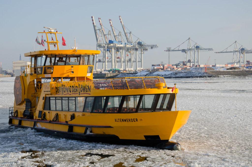ein Linienschiff auf der vereisen Elbe bei den Landungsbrücken in St. Pauli