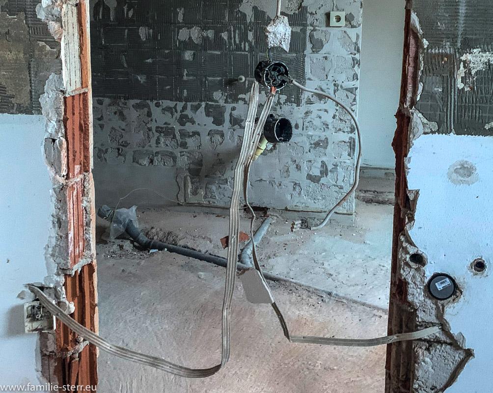 ein Kunstwerk aus Stromkabeln - oder einfach Drähte beim Abbruch einer Wand