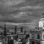 nächtlicher Blick auf die ST. Pauls Cathedral in schwarz / weiss