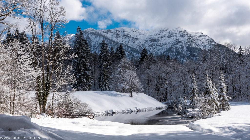 Schlosspark Linderhof im Winter im tiefen Schnee
