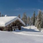 eingeschneite Hütte auf der Winkelmoosalm