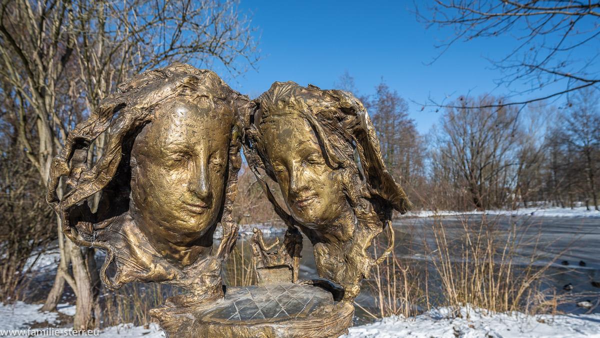 Denkmal für die Liebe - Herzog Albrecht III und Agnes Bernauer als Bronzemasken - vor dem Schloss Blutenburg