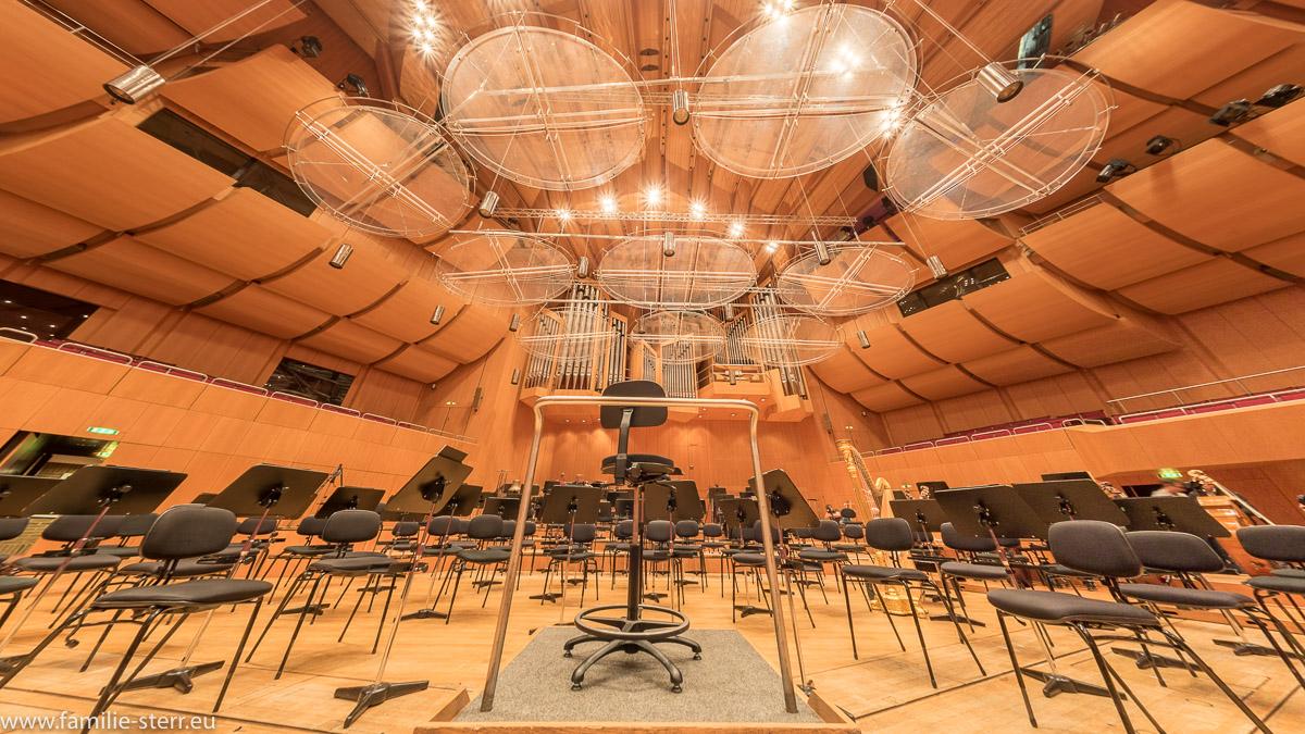Dirigentenpult und Bühne der Philharmonie im Gasteig in München mit der Orgel im Hintergrund