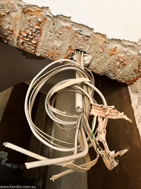 abgeschnittene Stromkabel zu einem Knoten zusammen gebunden