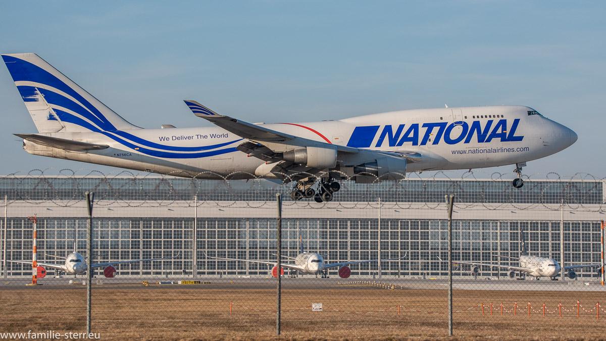 Jumbo Jet National Airlines B747-412(BCF) N756CA bei der Landung am Flughafen München vor dem Hangar an der Südbahn