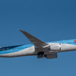 Boeing 787 Dreamliner von TUI Airways vor dem strahlend blauen Himmel über dem Flughafen München