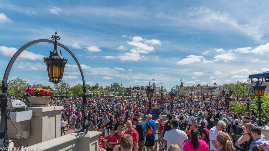 dichte Menschenmenge vor dem Cinderellaschloss im Magic Kingdom in der Walt Disney World