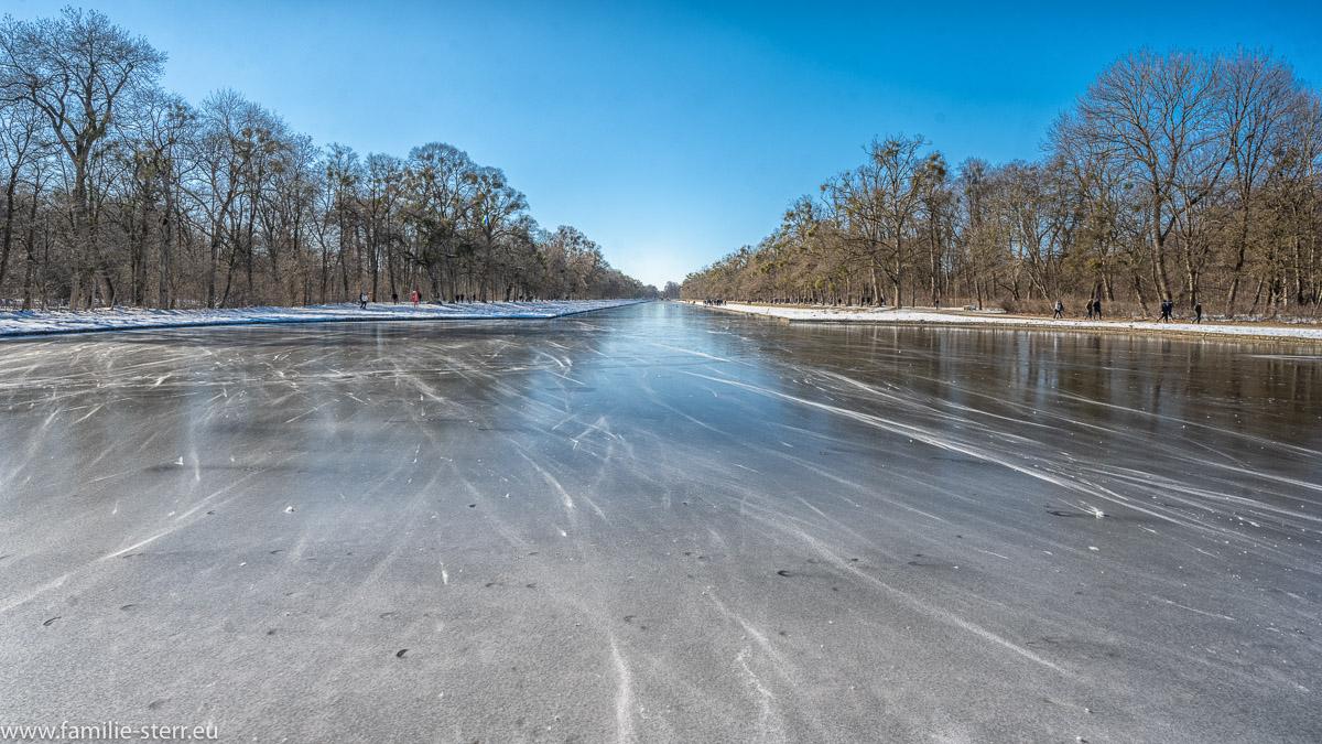 zugefrorener Kanal im Schlosspark Nymphenburg an einem strahlenden, aber eiskalten Wintertag