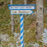 """ein weiß-blauer Wegweiser im Wald mit dem Hinweis """"Weg führt nicht weiter"""""""