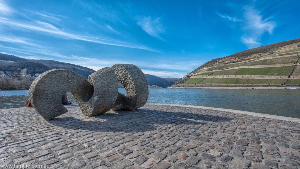 ein Denkmal aus Beton in Form eines Strudels am Zusammenfluss von Rhein und Nahe