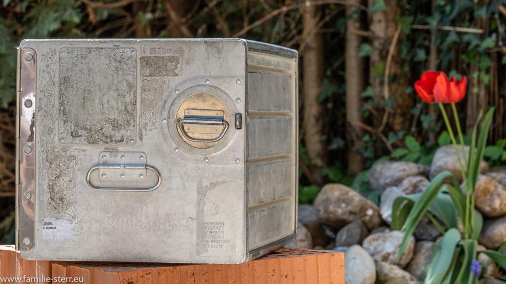 ein Aluminiumcontainer aus einer Flugzeugküche von SunExpress