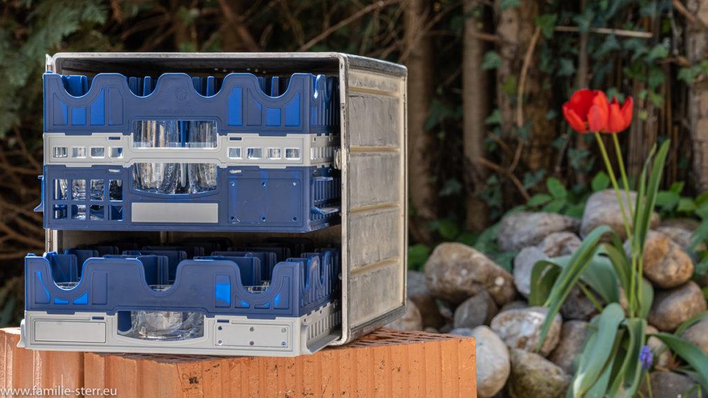 in einem Aluminium - Container aus einer Flugzeugküche schauen zwei Schubfächer mit verschiedenen Gläsern