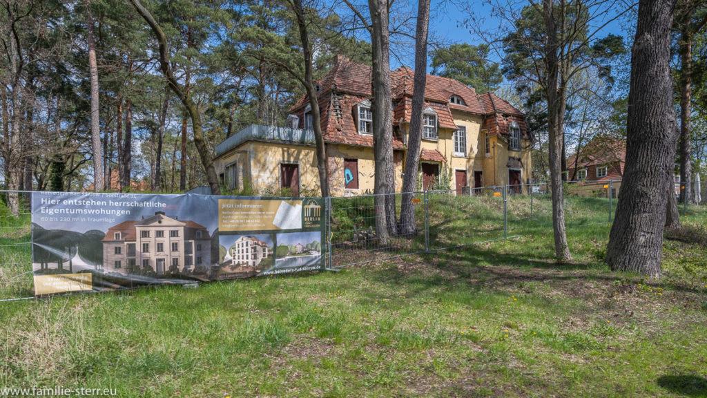 Bautafel vor einer verfallenden Villa am Ufer des Scharmützelndes in Bad Saarow