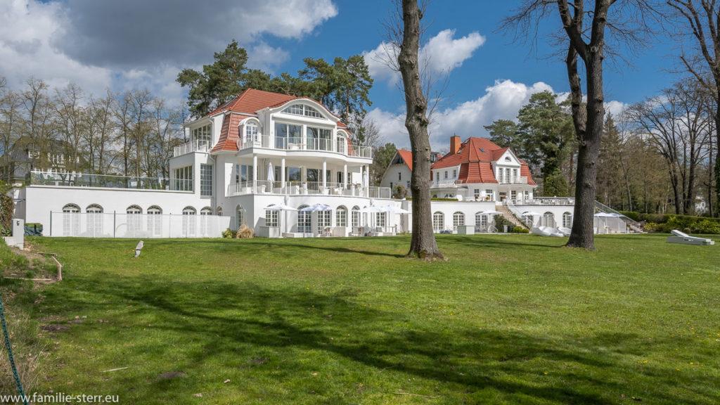 weißes villenartiges Luxushotel am Ufer des Scharmützelsees