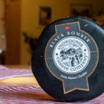 ein in schwares Wachs eingehüllter extra-alter Cheddar von Snowdonia