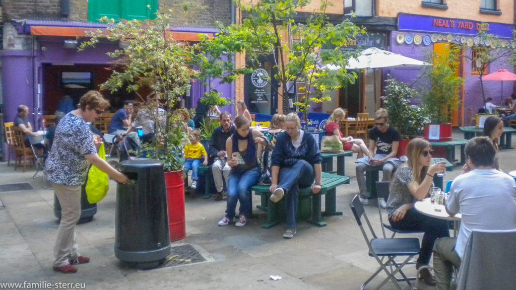 Frühlingsstimmung in Neal's Yard London / viele Besucher in den Biergärten