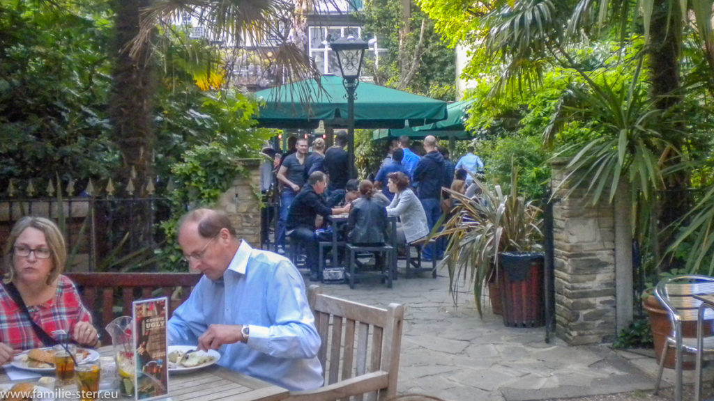 vollbesetzter Biergarten im Henry J Bean's in London Chelsea im Frühling