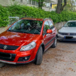 unglücklich geparkter Wagen auf dem Gehsteig