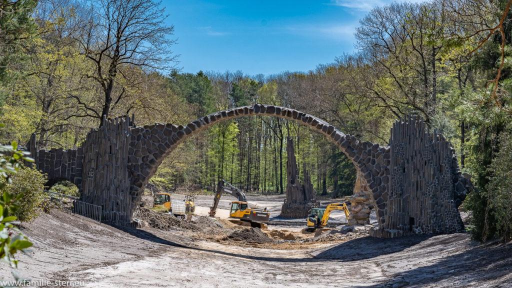 Baustelle an der Rackotzbrücke im Rhododendronpark Kromlau