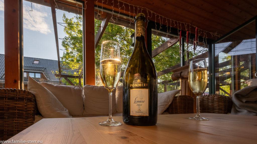 Zwei Gläser und eine Flasche Champagner im Weinstüberl im Seehotel Burg Spreewald