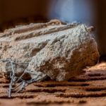 Ein Steinbrocken aus Ziegel und Eisen