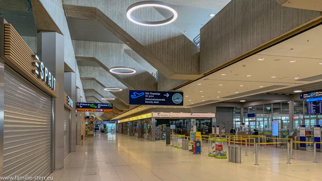 menschenleerer Bereich vor der Sicherheitskontrolle am Flughafen Köln/Bonn