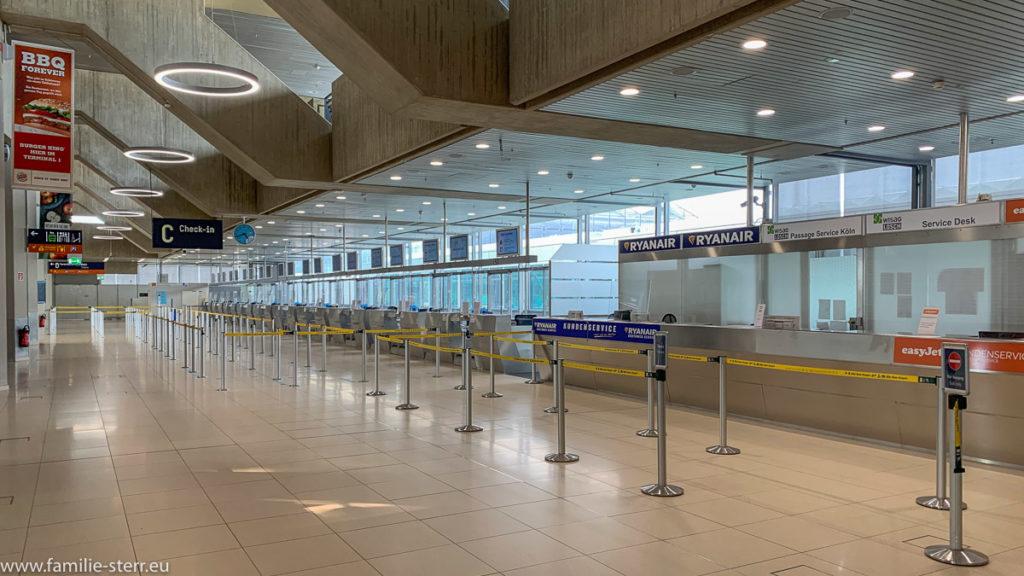 menschenleerer Check-In-Bereich am Flughafen Köln/Bonn