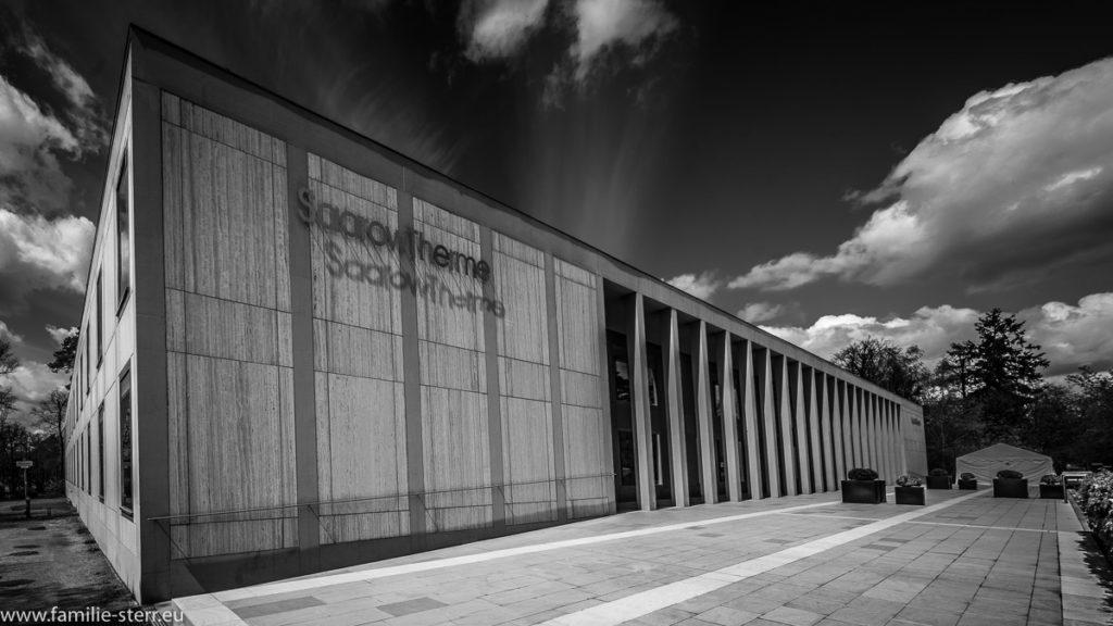 die Fassade der Saarow-Therme in Bad Saarow mit seiner Beton . Architektur