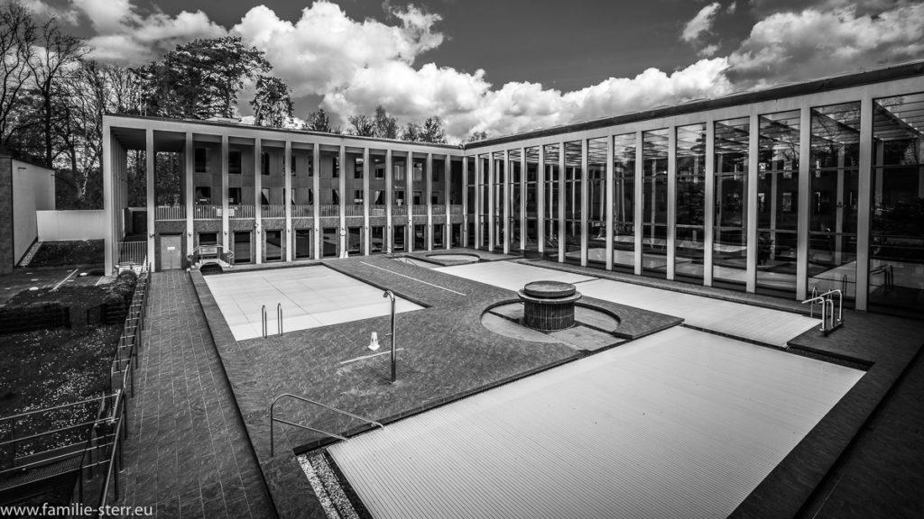 Blick über die Außenbecken auf den Innenhof der Saarow-Therme