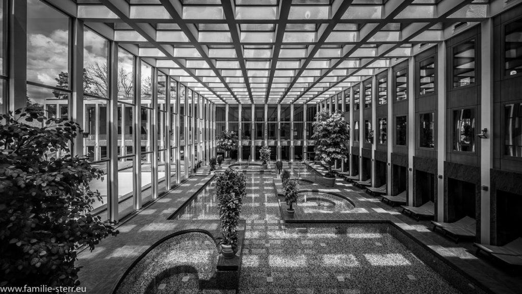 Spiel von Licht und Schatten im Innenbereich der Saarow - Therme in Bad Saarow