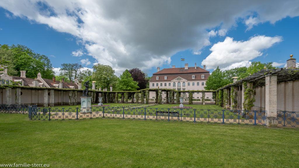 Blick über den Hof auf das Schloss Branitz
