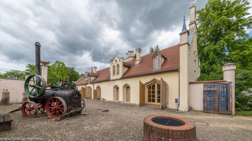 der ehemalige Marstall bei Schloss Branitz mit einer alten Dampfmaschine im Hof