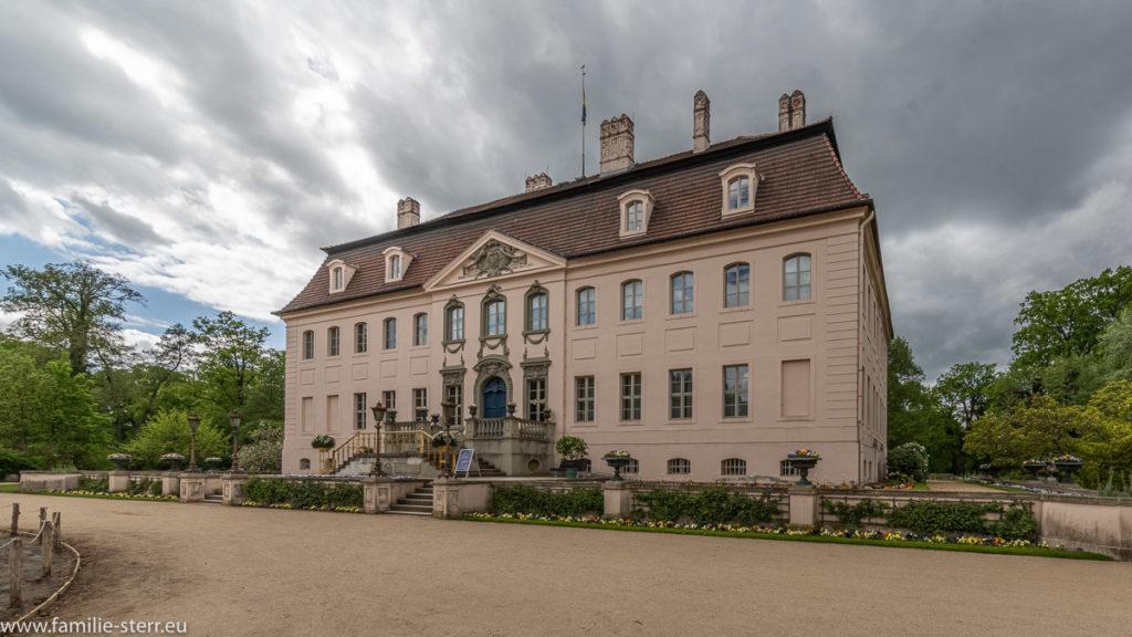 Blick auf die Fassade am Eingang zu Schloss Branitz