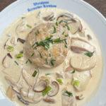 ein Teller mit Steinpilzen in Rahmsosse und einem Semmelknödel im Gasthaus Kreuzeder in Erding