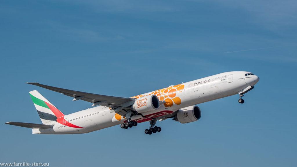 eine Boeing 777 von Emirates in einer Sonderbemalung zur EXPO 2020 beim Start am Flughafen München